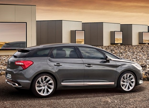 Citroen DS5 is here to give you a unique driving experience and a dynamic ride that makes no compromises on comfort